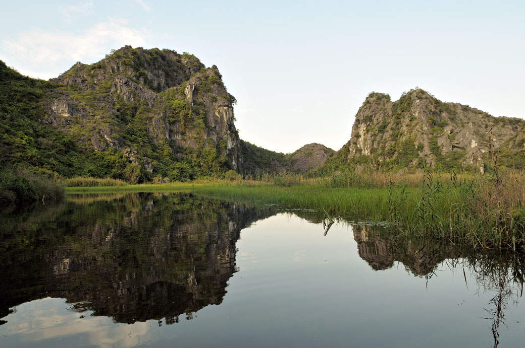 Paysage montagneux dans la réserve de Van Long, Vietnam