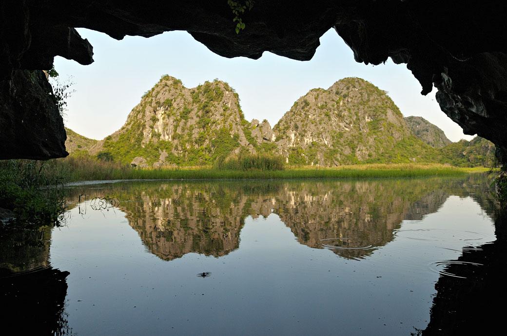 Grotte et montagnes dans la réserve de Van Long, Vietnam