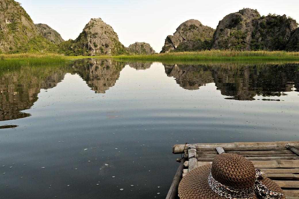 Chapeau sur une barque dans la réserve de Van Long, Vietnam