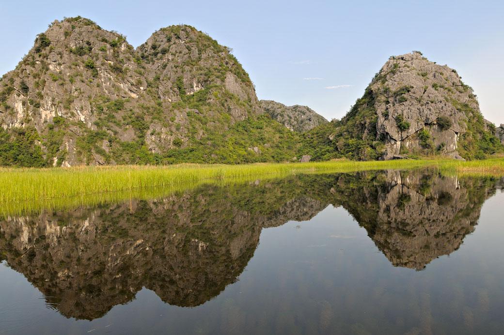 Reflet de montagnes dans la réserve de Van Long, Vietnam