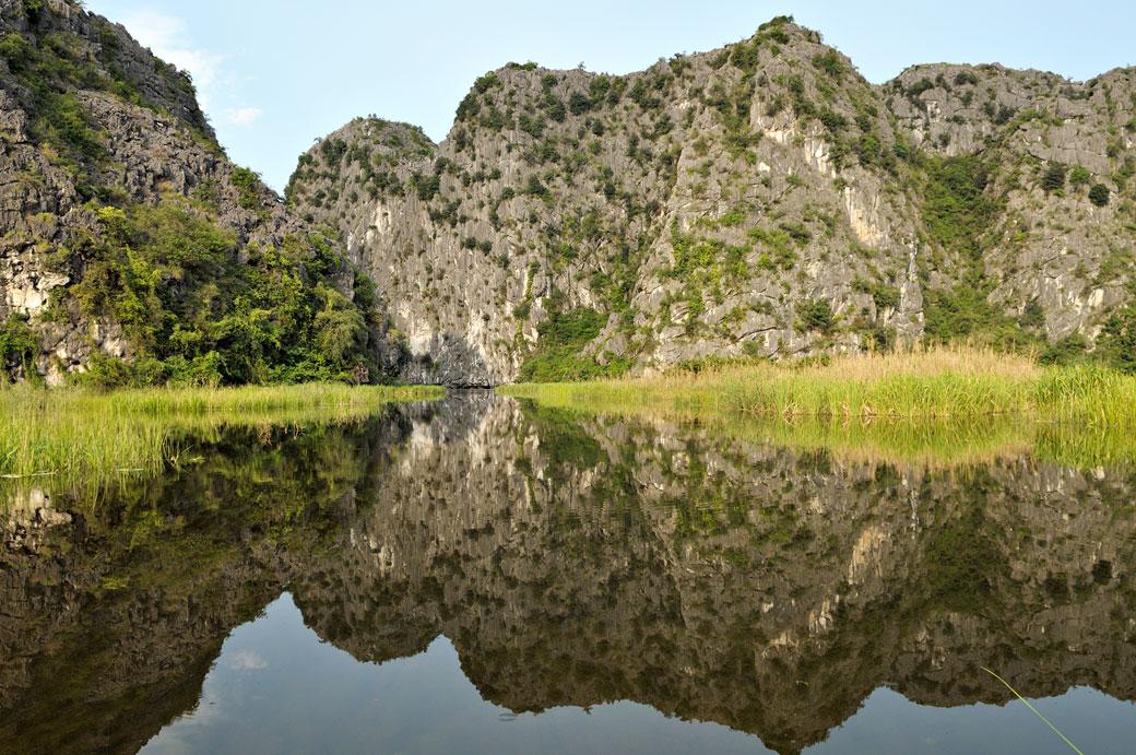 Miroir et montagnes dans la réserve de Van Long, Vietnam