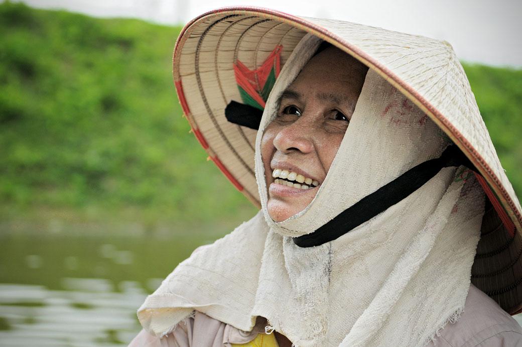 Portrait d'une rameuse de la réserve de Van Long, Vietnam