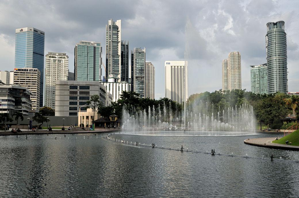Fontaines et immeubles au parc KLCC de Kuala Lumpur, Malaisie