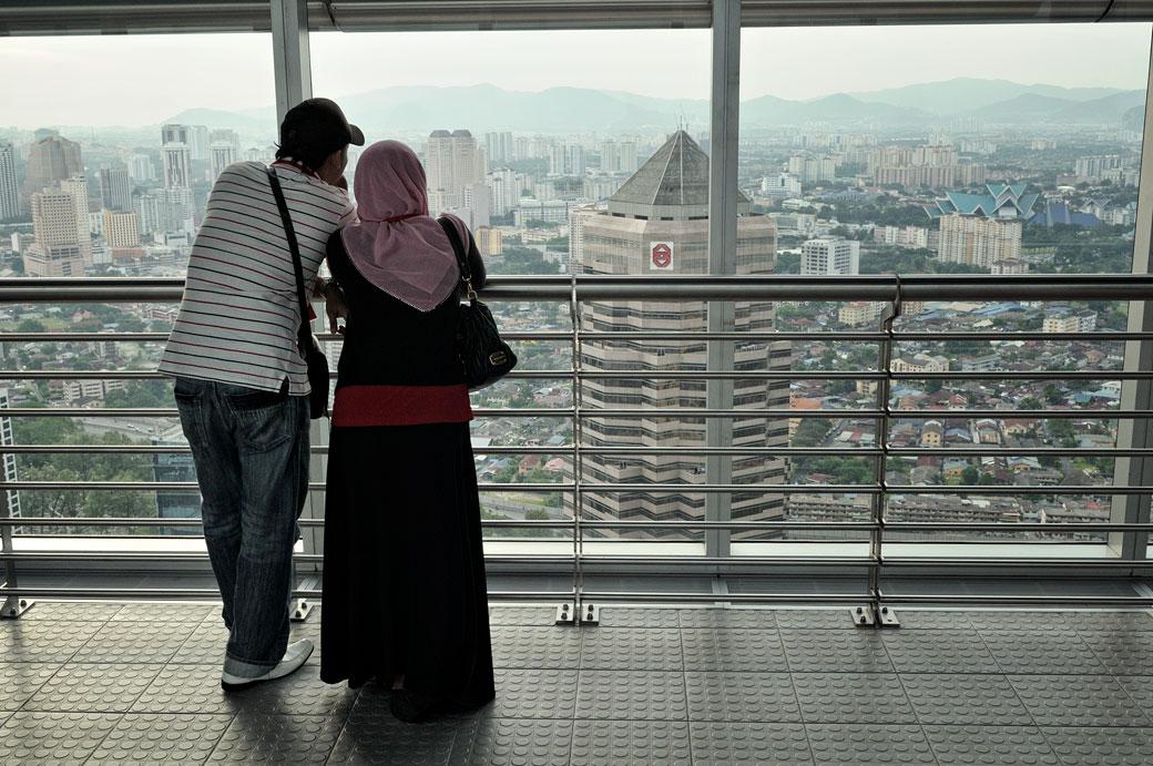 Couple qui observe la ville de Kuala Lumpur depuis les tours jumelles