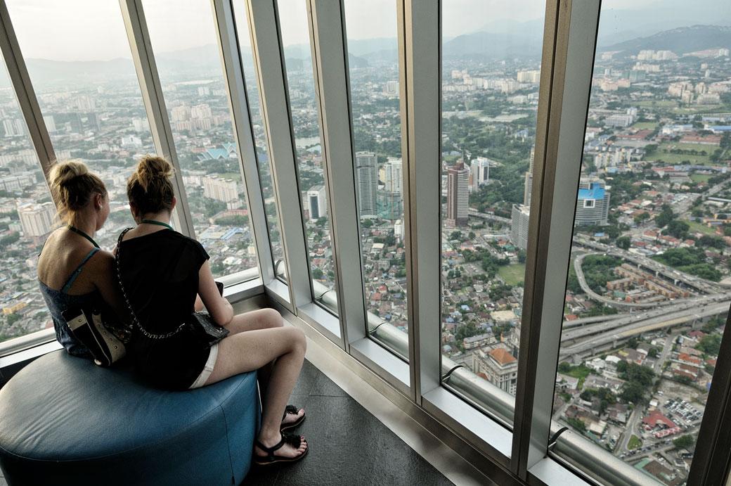 Deux jeunes femmes au 86e étage des tours jumelles à Kuala Lumpur