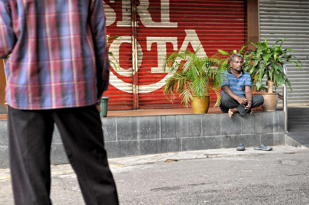 Deux hommes dans le quartier de Brickfields à Kuala Lumpur