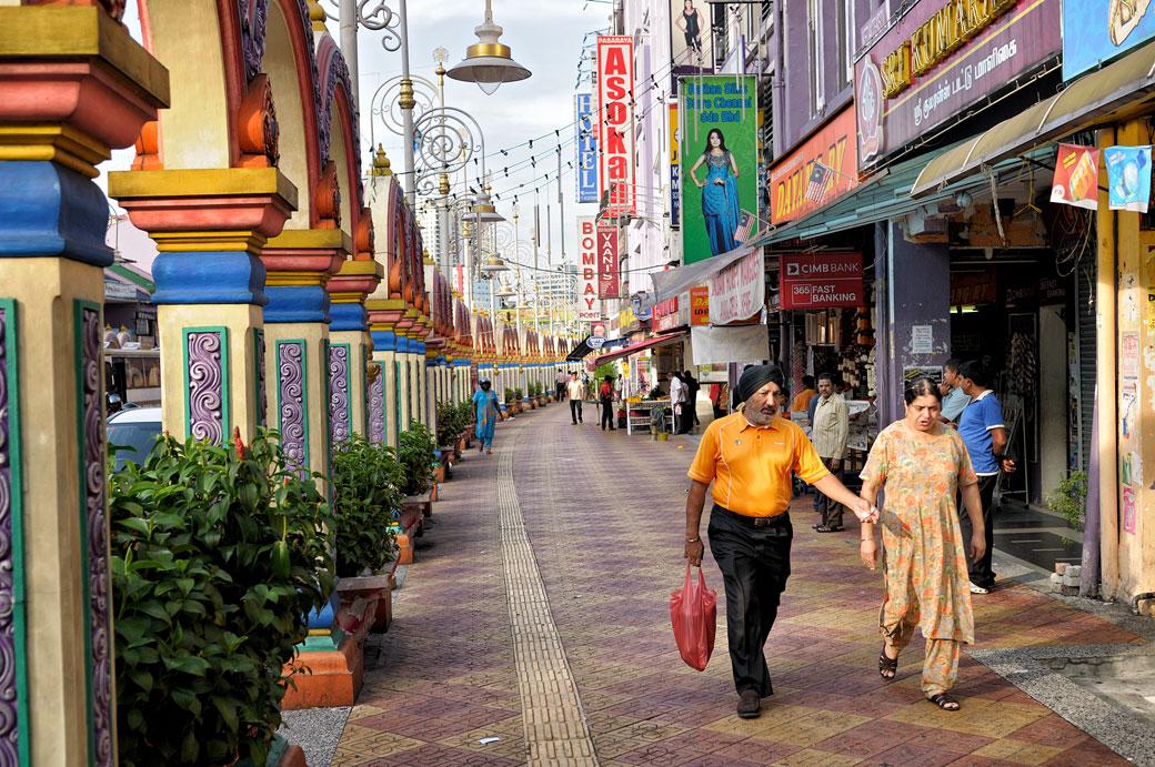 Couple dans le quartier de Brickfields à Kuala Lumpur