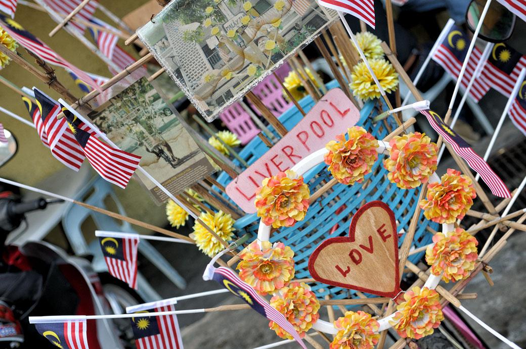 Vélo décoré de drapeaux et de fleurs à Kuala Lumpur