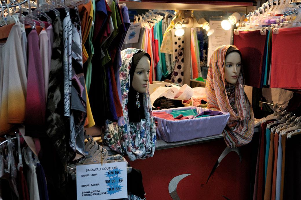 Deux mannequins avec des voiles islamiques dans un magasin
