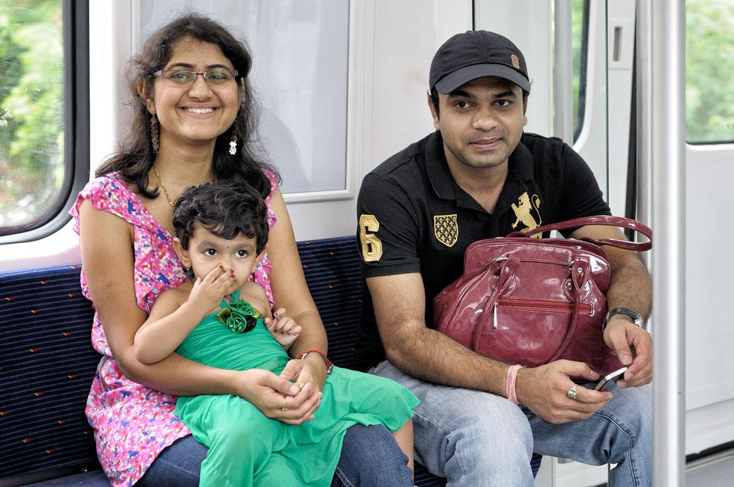 Famille qui se rend grottes de Batu en train, Malaisie