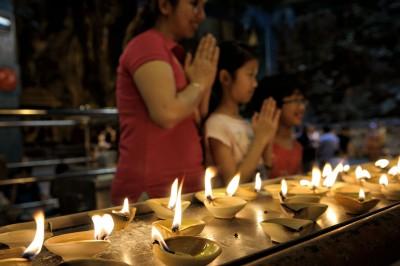 Bougies et prières aux grottes de Batu à Kuala Lumpur