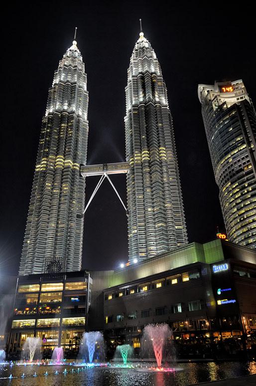 Fontaines au pied des tours jumelles de Kuala Lumpur
