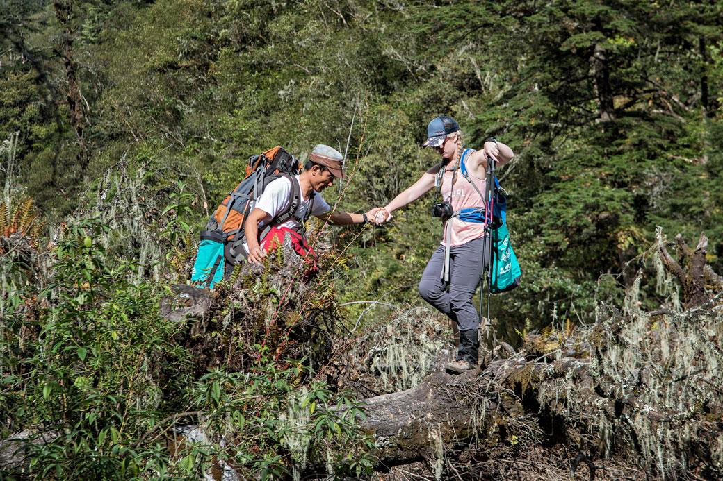 Passage en équilibre sur un tronc d'arbre, Bhoutan