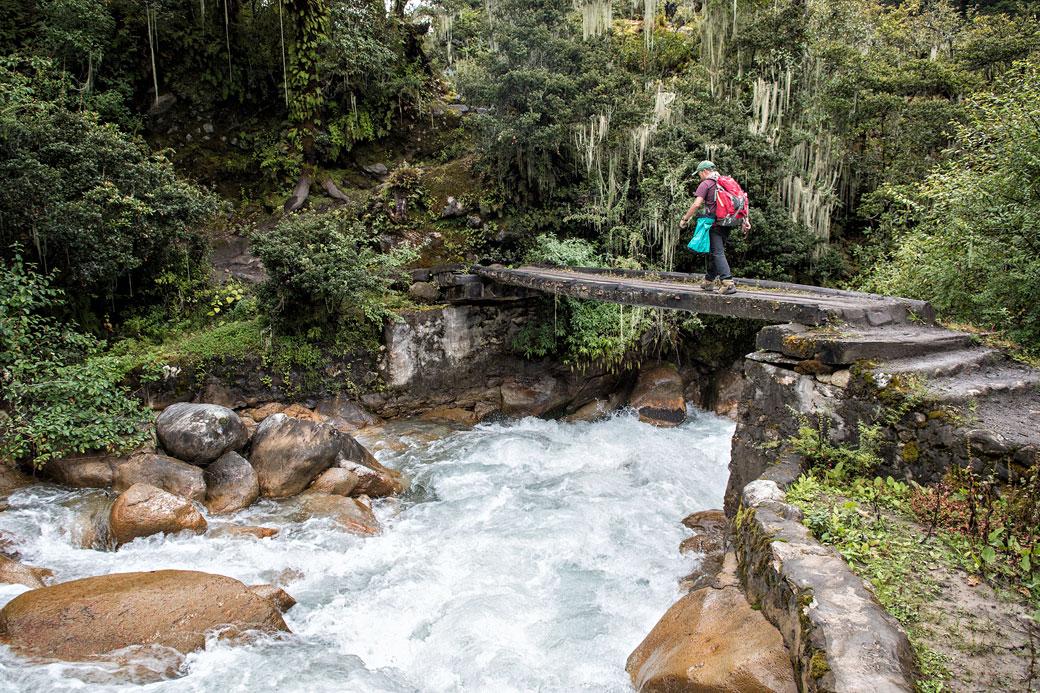 Pont sur une rivière en route pour Soi Thangthangkha, Bhoutan