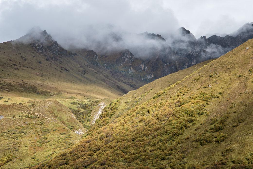 Montagnes et nuages depuis le camp de Jangothang, Bhoutan