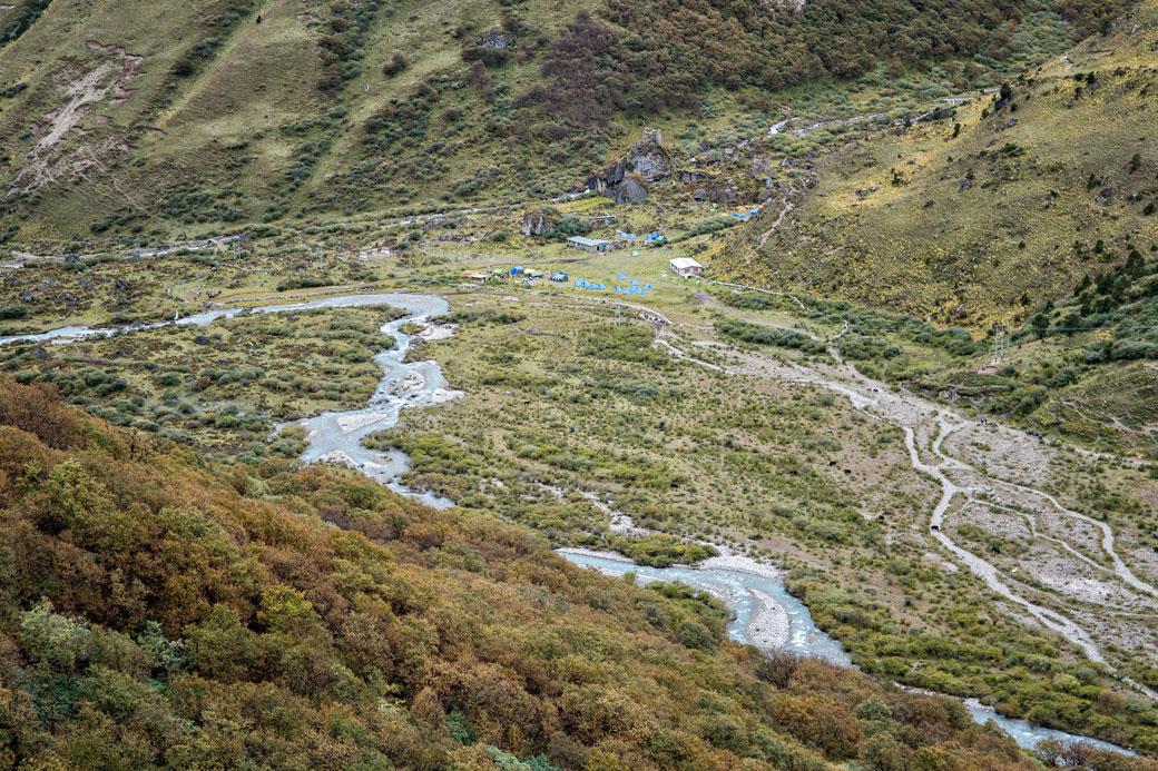 Rivière et camp de Jangothang, Bhoutan