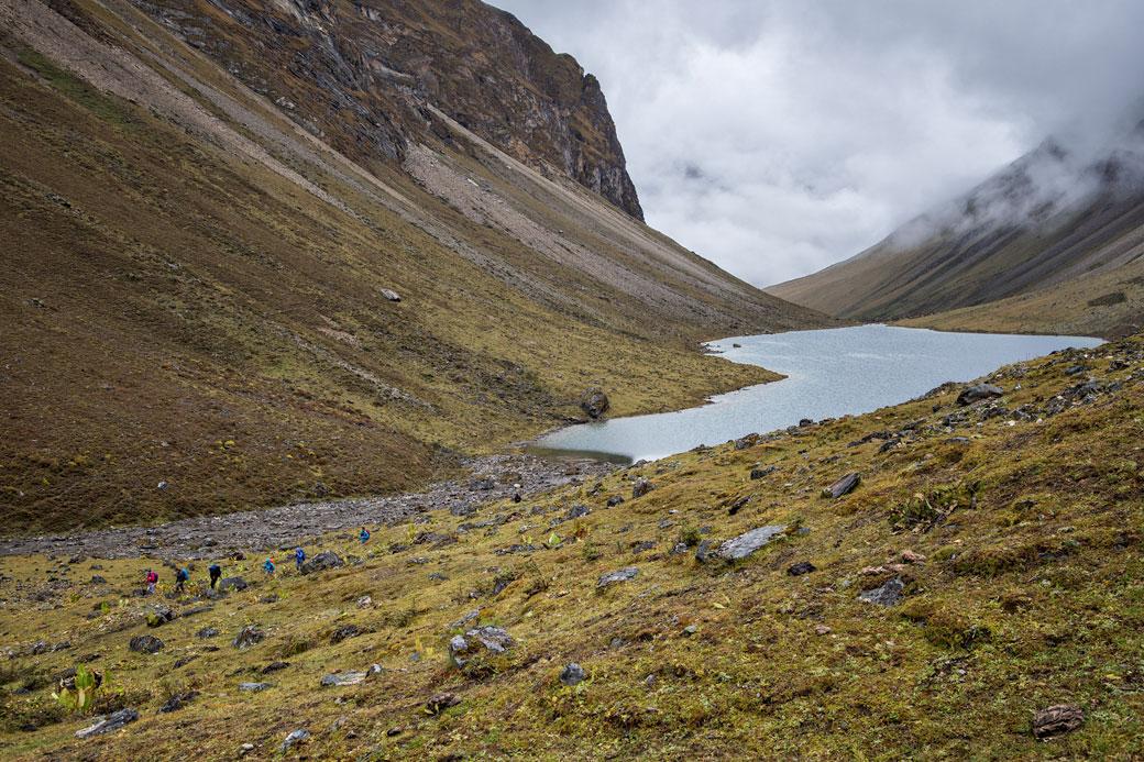 Trekkeurs au bord de Tshophu Lake, Bhoutan