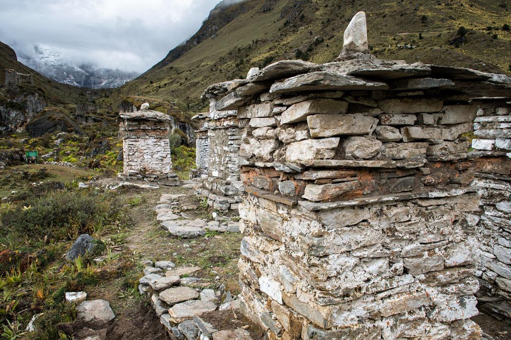 Chortens en face du Chomolhari au camp de Jangothang, Bhoutan
