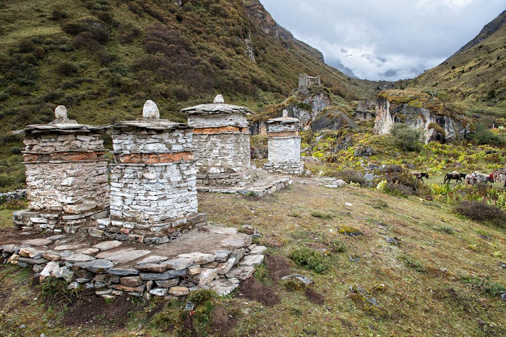 Chortens à la base du Chomolhari au camp de Jangothang, Bhoutan