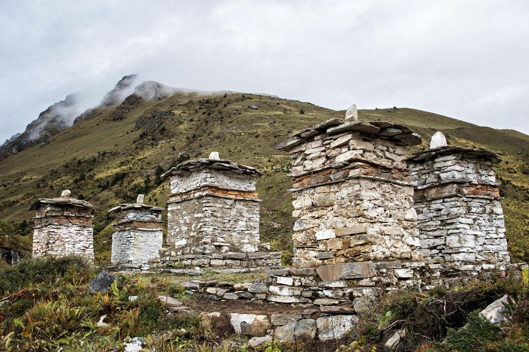 Chortens au camp de Jangothang, Bhoutan