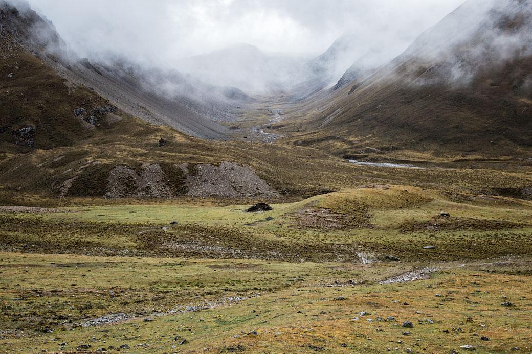 Vallée sous les nuages en route pour le col de Nyile La, Bhoutan