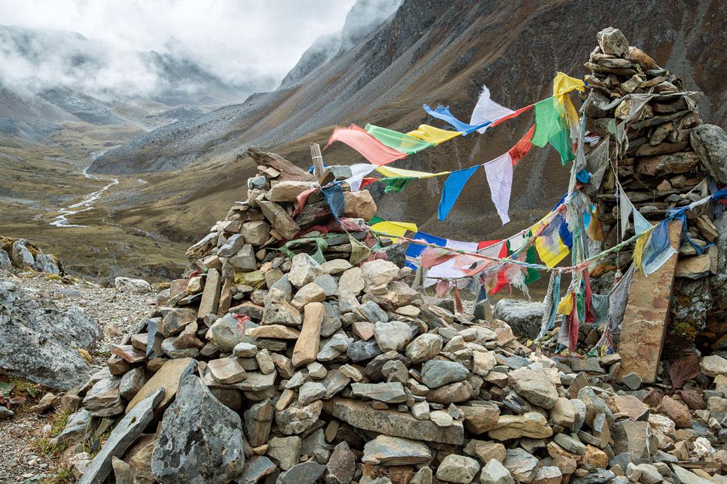 Cairns et drapeaux de prières en route pour Nyile La, Bhoutan
