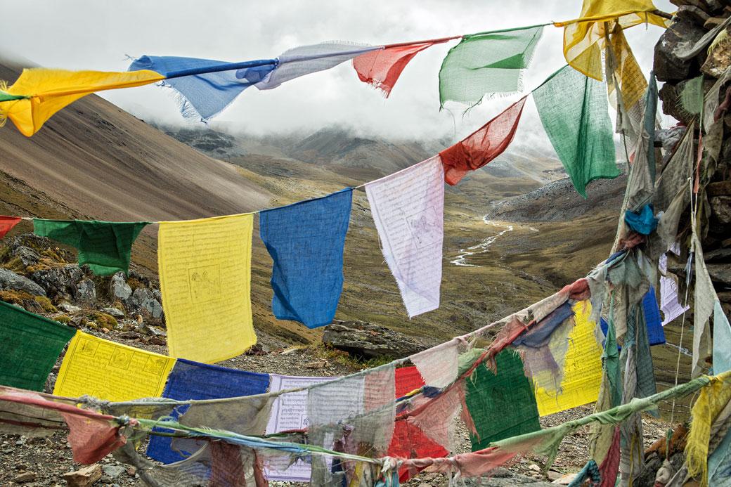 Drapeaux de prières lors de la montée au col de Nyile La, Bhoutan