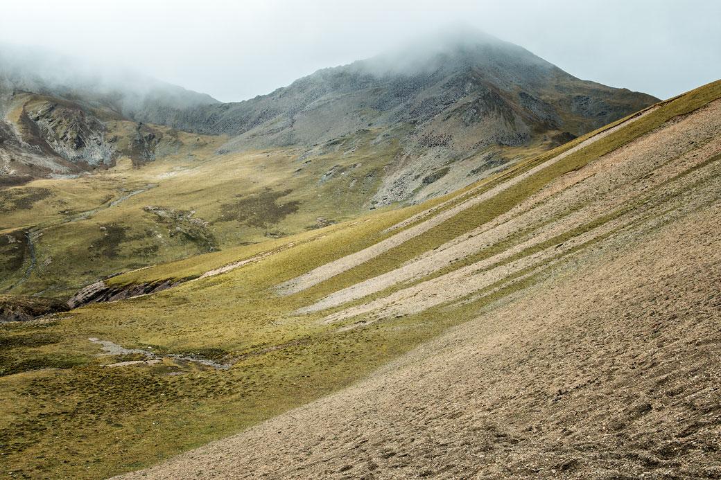 Montagnes sous les nuages au col de Nyile La, Bhoutan