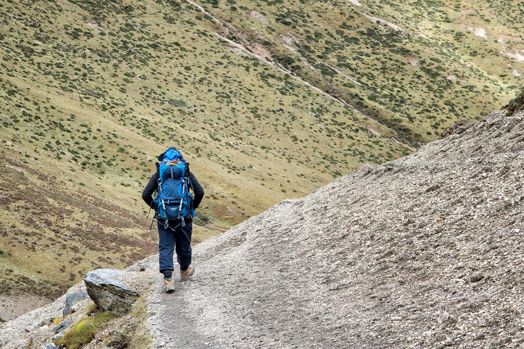 Trekkeur en route pour Lingshi, Bhoutan