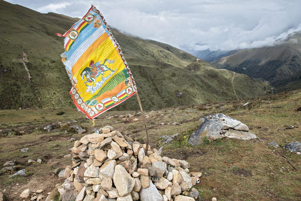 Drapeau de prière Tibétain avec cheval près de Lingshi, Bhoutan