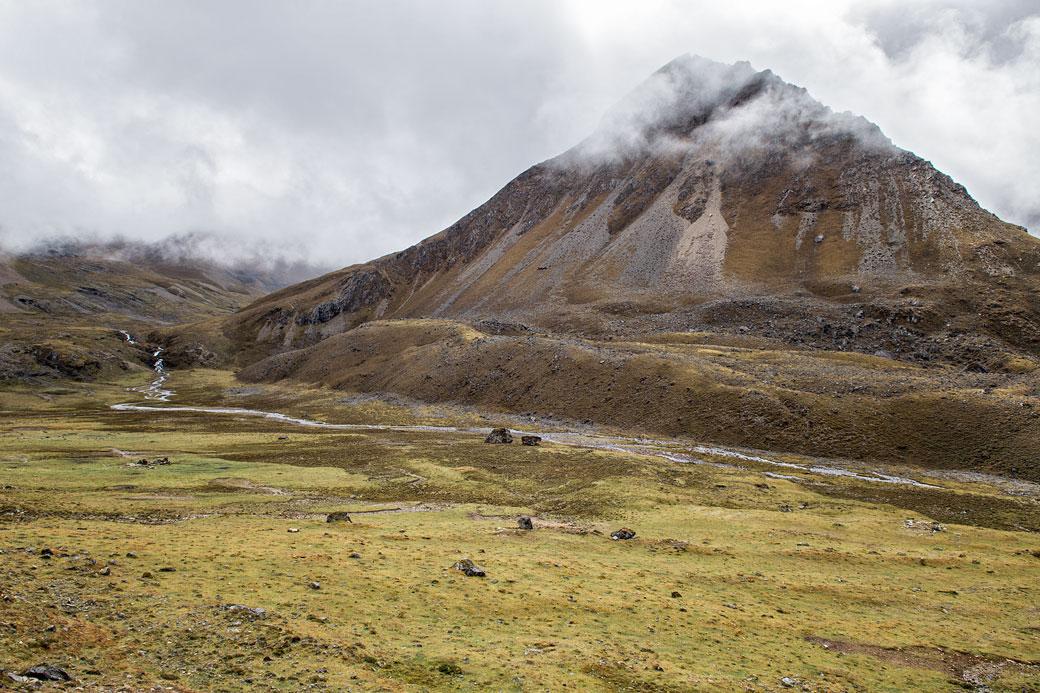 Sommet et rivière en route pour le col de Nyile La, Bhoutan
