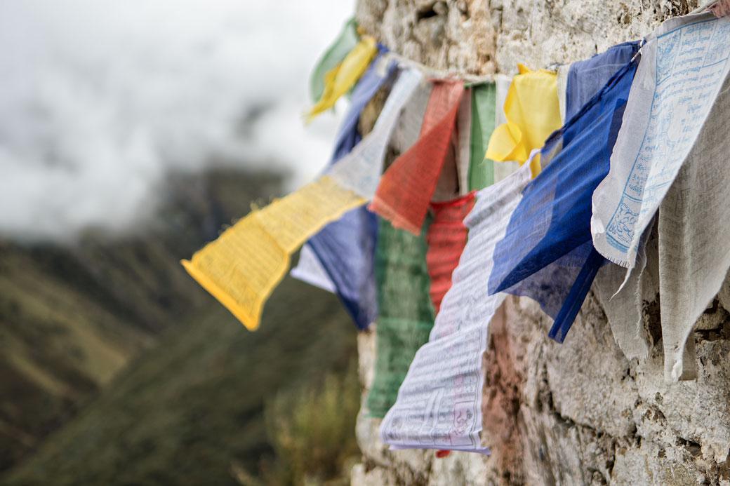 Drapeaux de prières sur un chorten de Lingshi dzong, Bhoutan