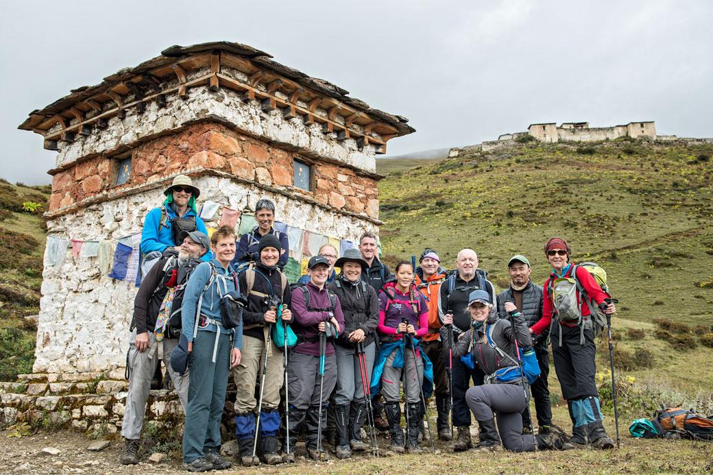 Groupe de trekkeurs devant le dzong de Lingshi, Bhoutan