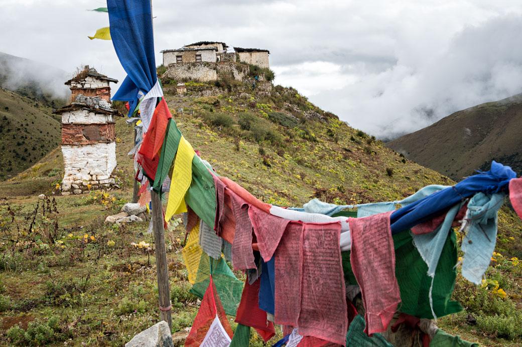 Drapeaux de prières et dzong de Lingshi, Bhoutan