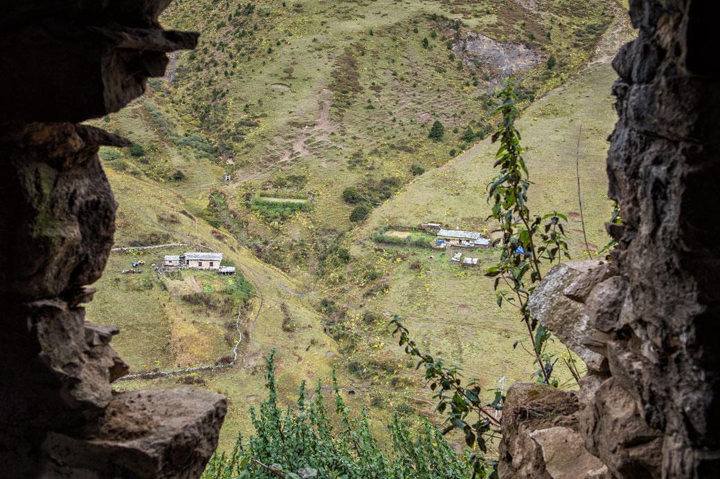 Maisons isolés à Lingshi depuis le vieux Dzong, Bhoutan