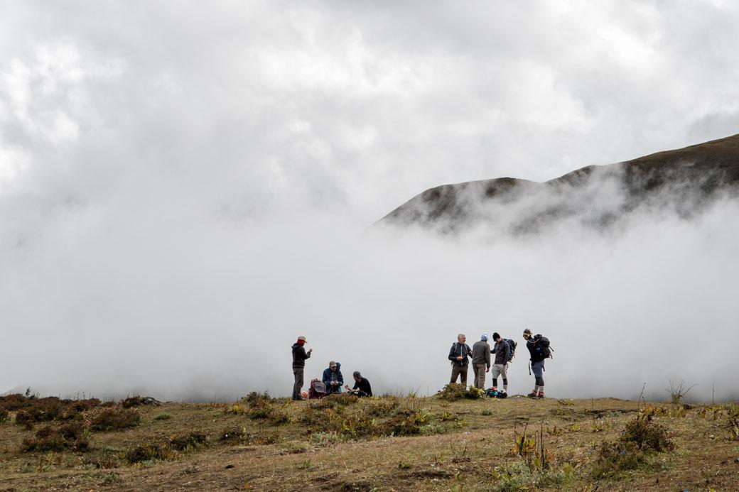 Trekkeurs et nuages entre Lingshi et Chebisa, Bhoutan