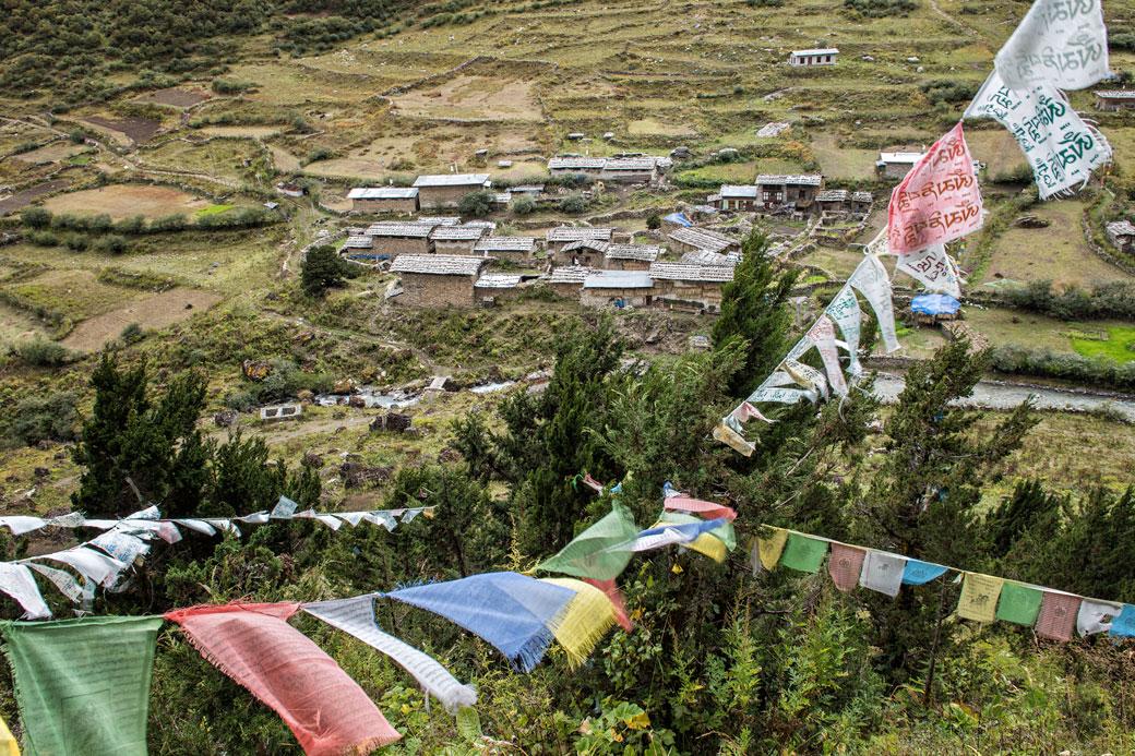 Drapeaux de prières au village de Goyul, Bhoutan