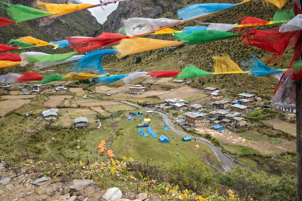 Drapeaux de prières au village de Chebisa, Bhoutan