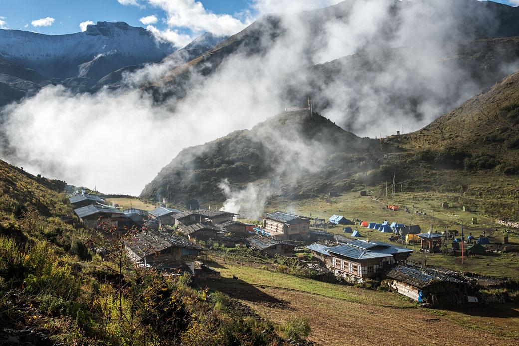 La brume se lève au village de Chebisa, Bhoutan