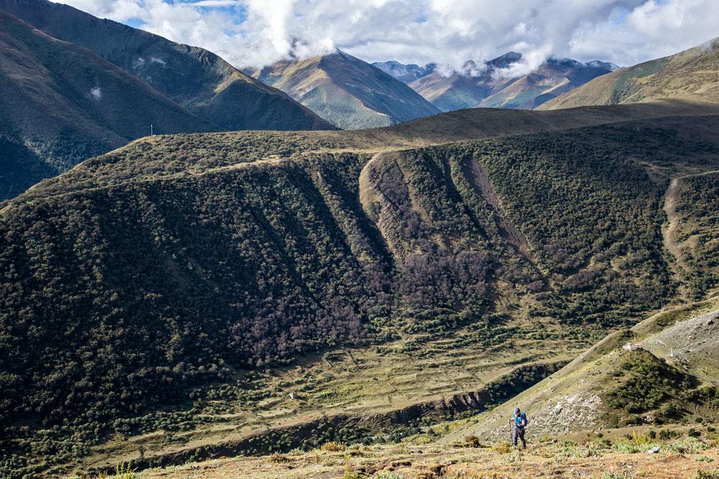 Trekkeuse entre Chebisa et le col de Gombu La, Bhoutan
