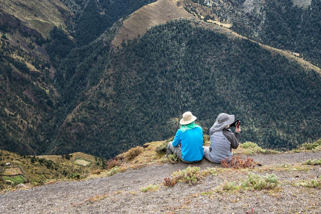 Trekkeurs assis au col de Gombu La, Bhoutan