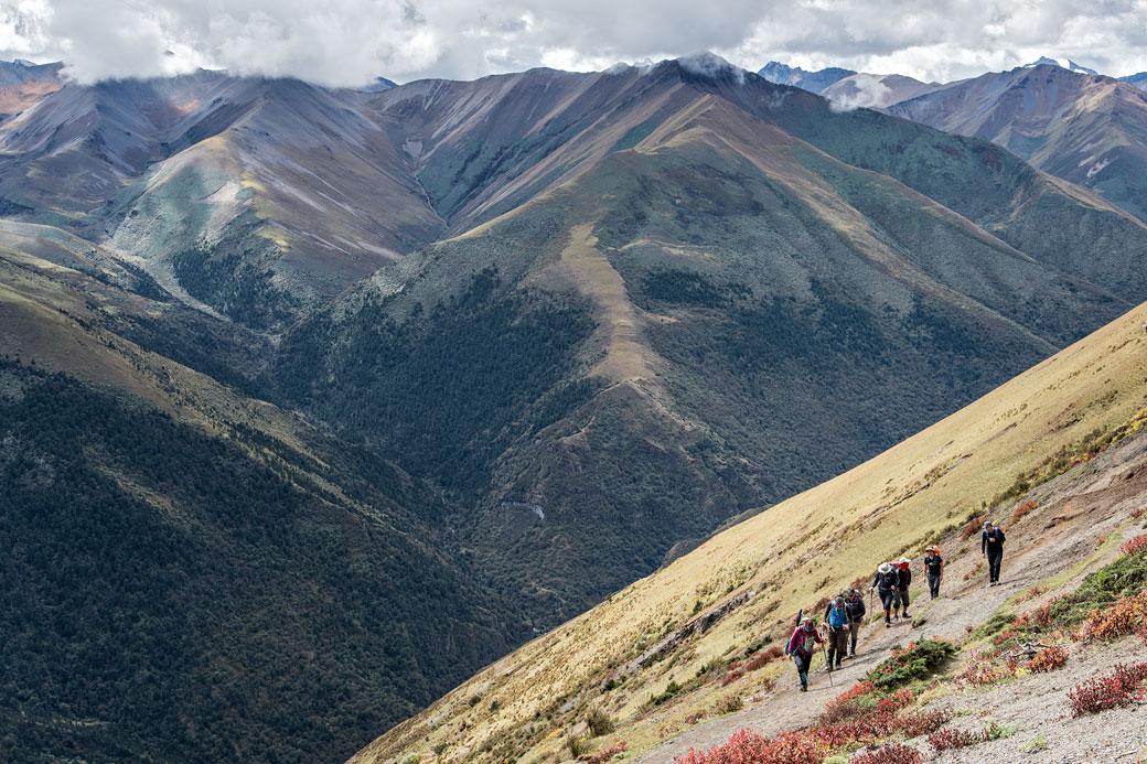 Trekkeurs qui arrivent au col de Gombu La, Bhoutan