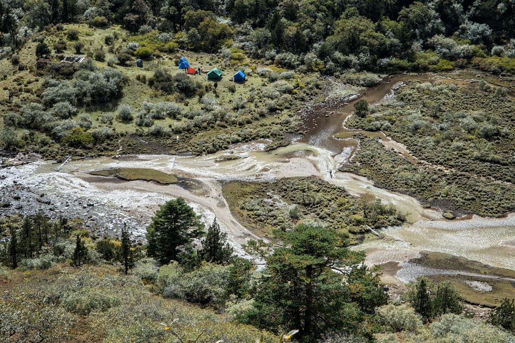 Camp de Shomuthang au bord d'une rivière, Bhoutan