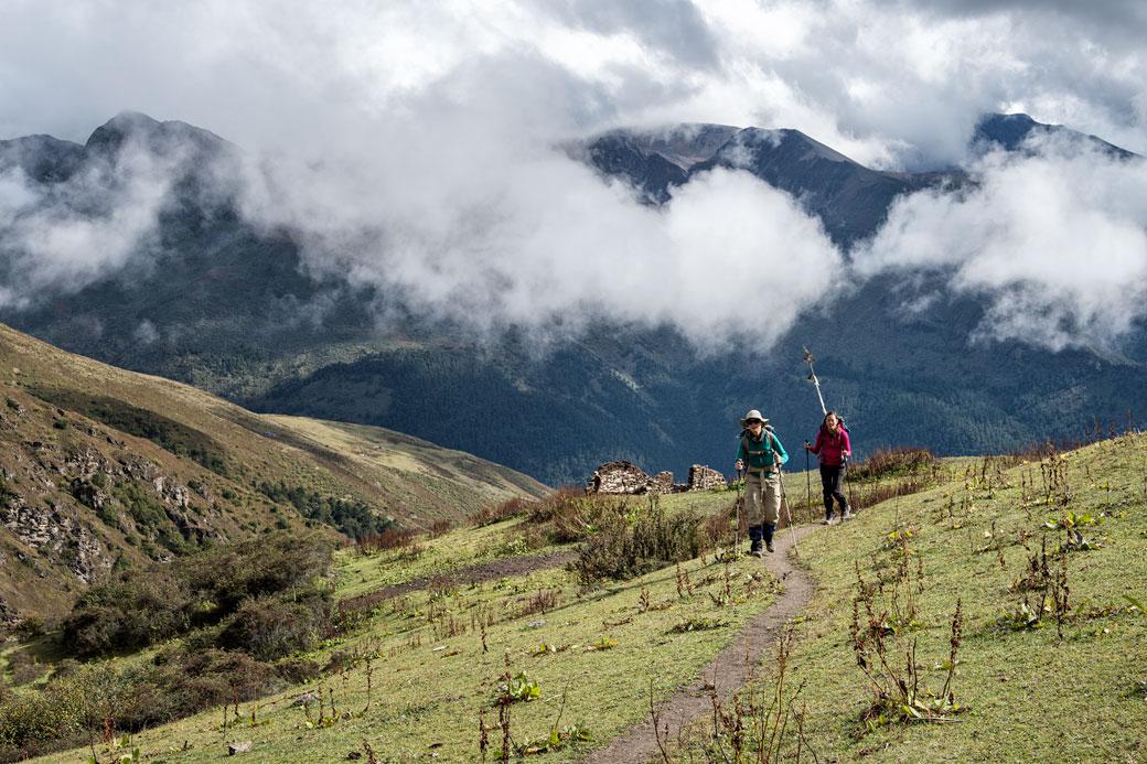 Trekkeuses au-dessus de Shomuthang, Bhoutan