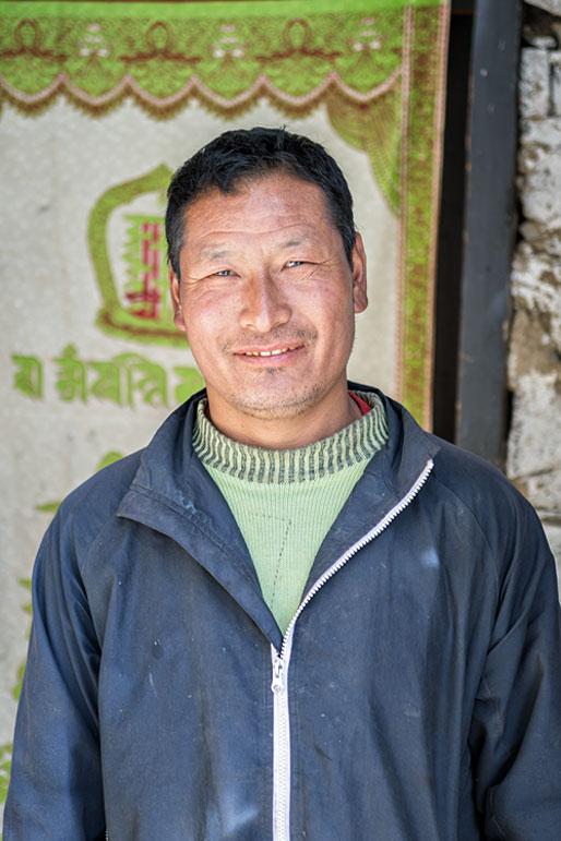 Gardien du petit temple de Goyul, Bhoutan