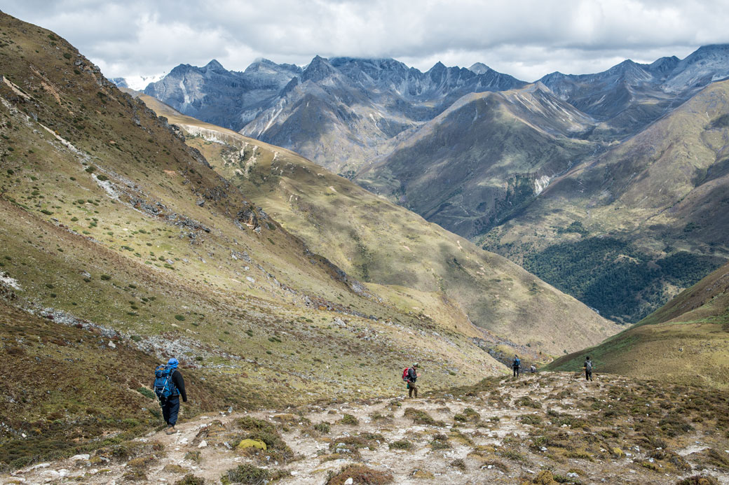 Trekkeurs qui redescendent du col de Jare La, Bhoutan