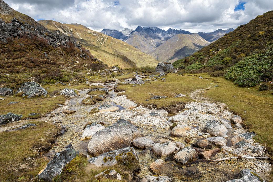 Ruisseau et montagnes entre Jare La et Robluthang, Bhoutan
