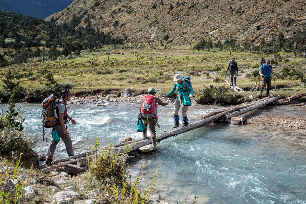 Traversée d'une rivière entre Jare La et Robluthang, Bhoutan