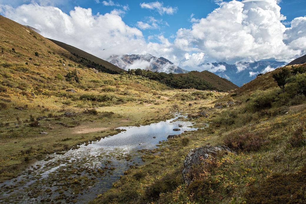 Étang et montagnes à Robluthang, Bhoutan