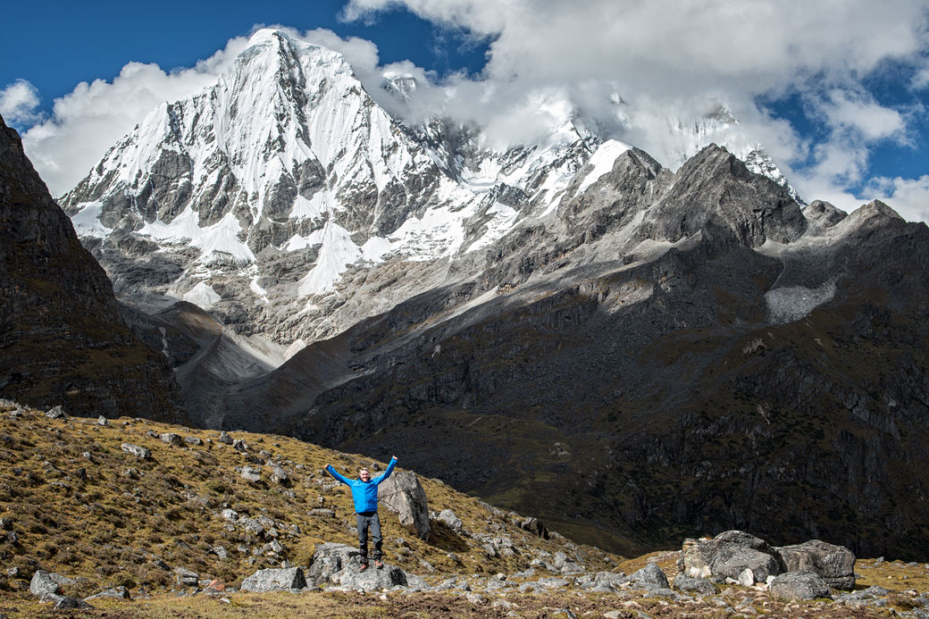 Trekkeur heureux au pied du Gangchhenta, Bhoutan